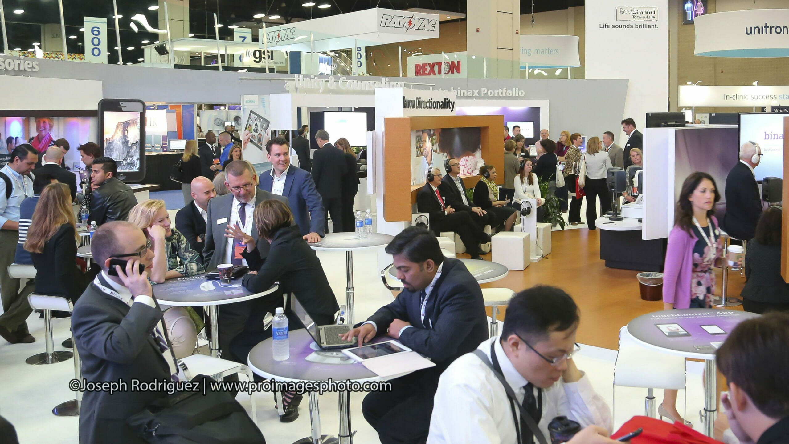 Convention-Tradeshow-Photography-by-Professional-Images-Photography-showing-attendees-engaging-and interacting-exhibitor-booth